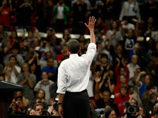 obama waves backwards-640