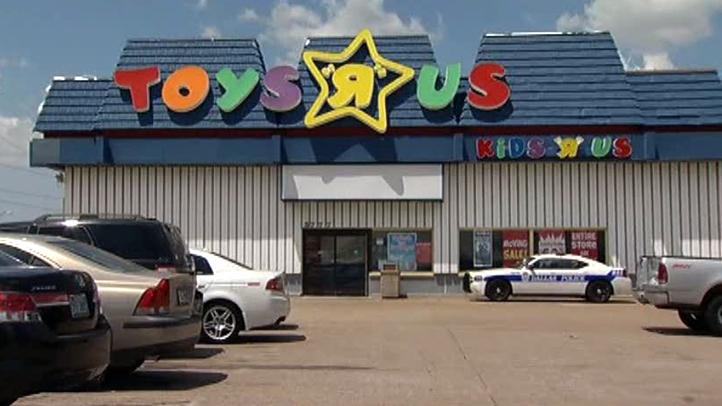 toys-r-us-closing-081211