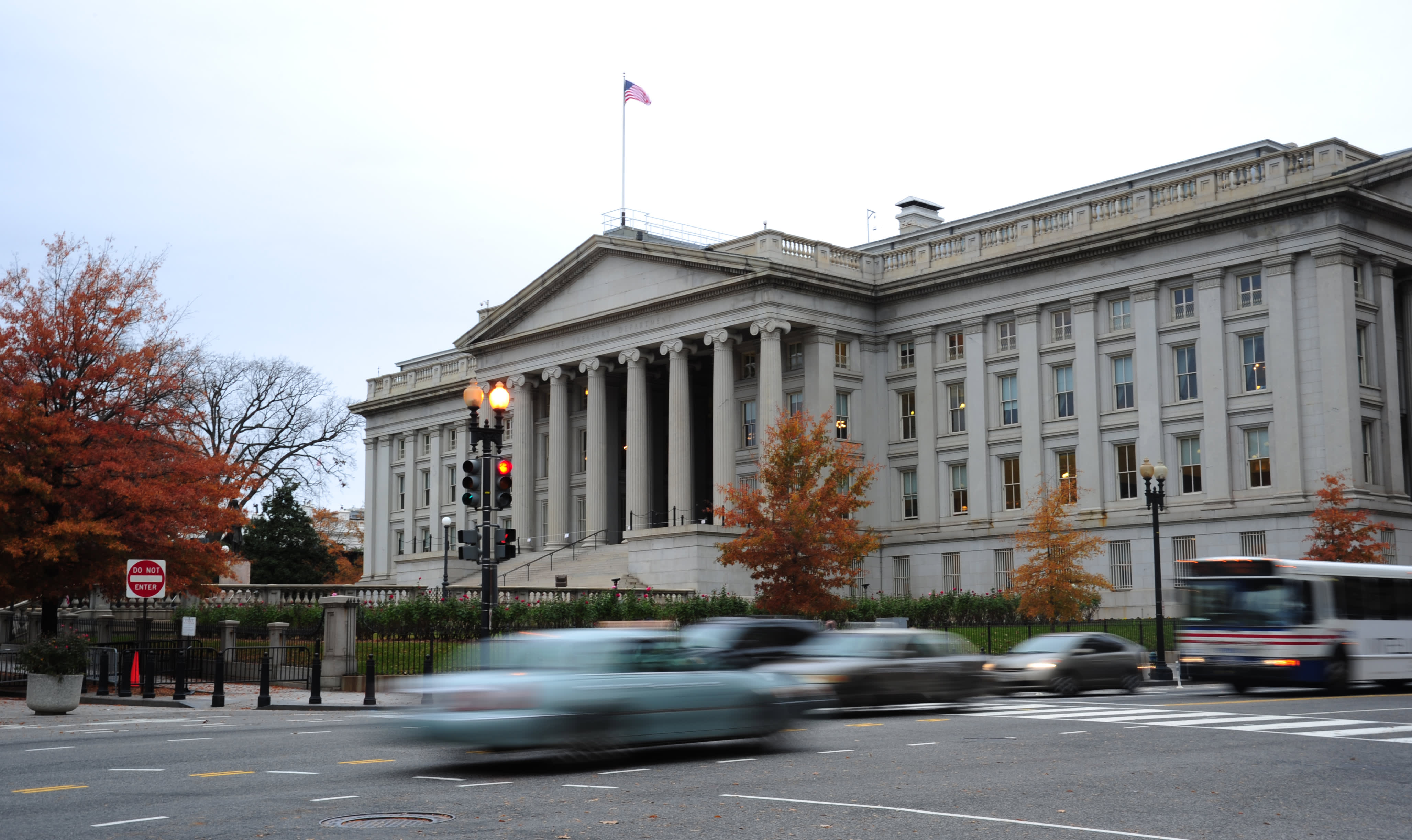 US Budget Deficit Jumps to Record $1.7 Trillion This Year Due to Rescue Packages