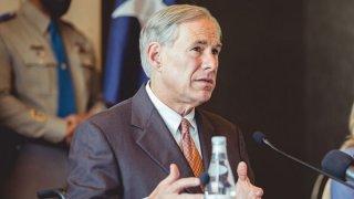 Gobernador Abbott en conferencia de prensa en Dallas