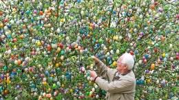 Weird News Photos: Easter Egg Tree
