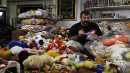 'Toy Smuggler' Brings Smiles to Syria's Children