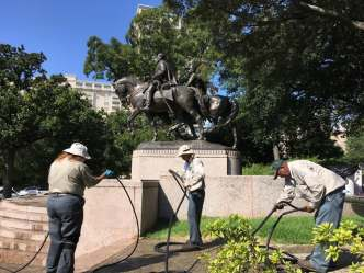 Lee Statue Vandalized in Dallas, Demonstrators Defend it