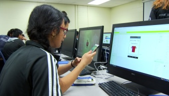 Mentors Help Students Learn To Code Smartphone Apps