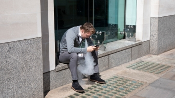 UK Embraces E-Cigarettes; US Cautious Amid Vaping Illness