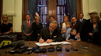 Abbott Signs Bills Aimed at Easing Traffic Congestion