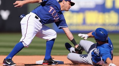 Royals, Rangers Tie at 5 in Spring Opener