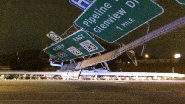 [DFW] East Loop 820 Closed After Sign Falls on Roadway