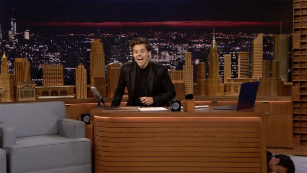 [NATL] 'Tonight': Harry Styles Takes Over Fallon's Desk