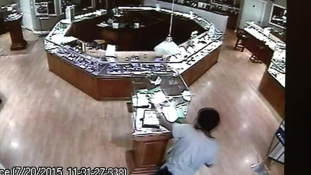 [DFW]2 People Use Hammer to Steal From DeSoto Jewelry Store: Police