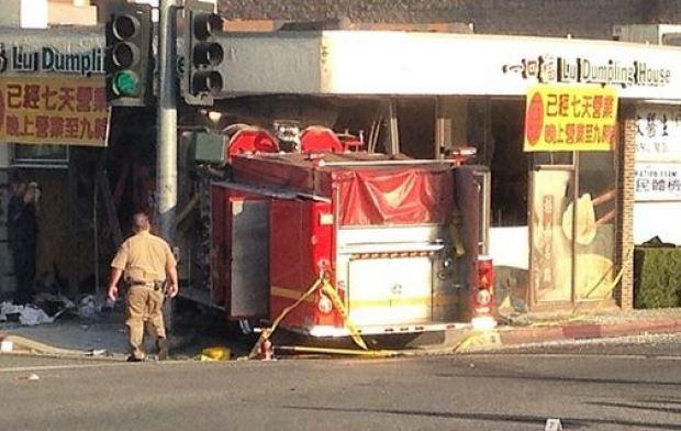 [GALLERY]Fire Truck Crashes Into Dumpling Restaurant