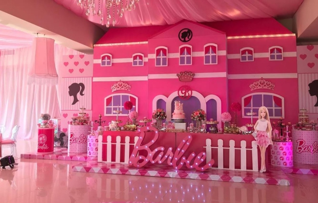 [NATL-LA] El Chapo's Wife Throws Twin Daughters Over-the-Top Barbie-Themed Birthday Party