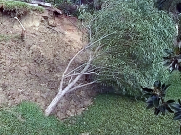 [DFW] Rain Causes Landslide in Southwest Dallas