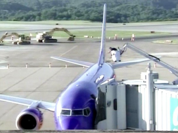 [DC] Hole Rips Open in BWI-Bound Plane
