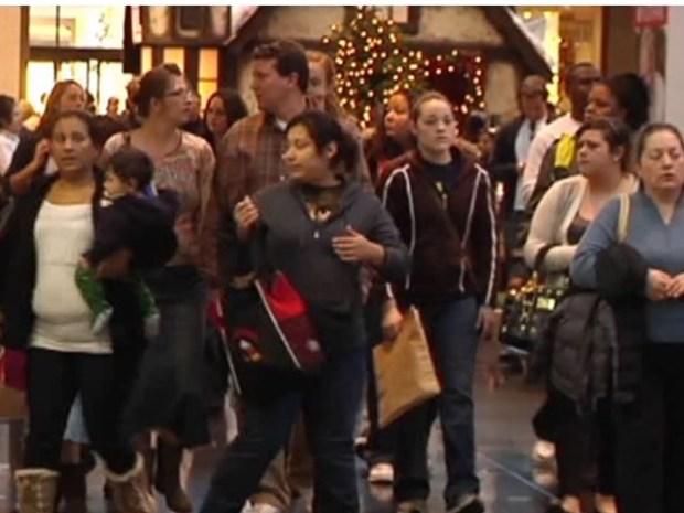[DFW] Last Minute Shoppers Flood Malls
