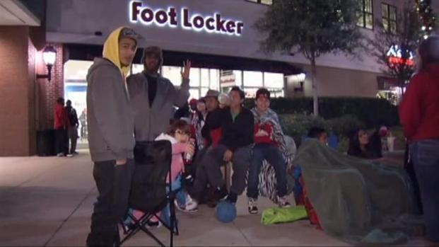 [DFW] Fans Brave the Cold and Crowds for Air Jordans