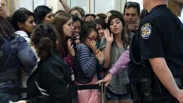 [DFW] One Direction Fans Describe Rush at Mall as Chaos