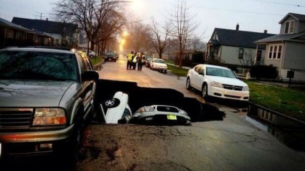 [CHI] Huge Sinkhole Opens After Chicago Water Main Bursts