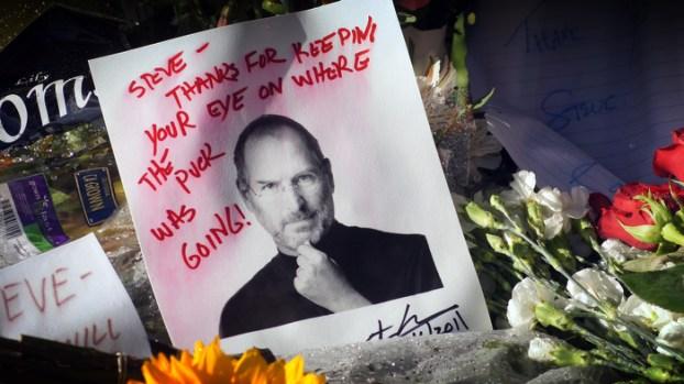 IMAGES: Fans Remember Steve Jobs