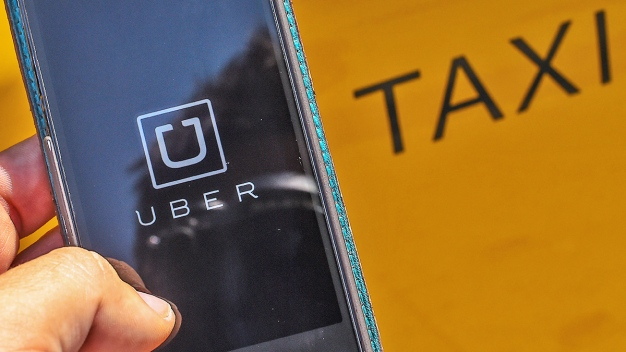 Taxis, Ride-Share Drivers Fight for Customers