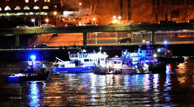 [NATL-NY]Rescuers Rush to East River After Helicopter Goes Down in Deadly Crash