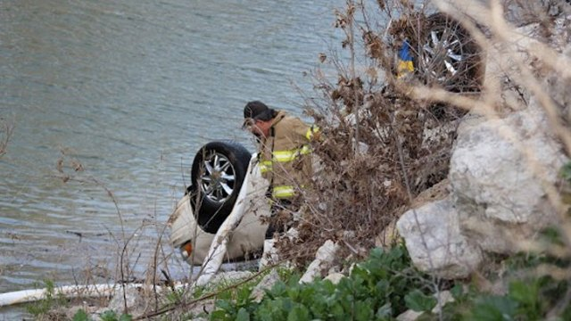 Carjacking Suspect Drives Into Trinity River