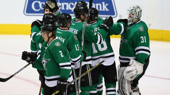 Stars Clinch Playoff Spot with 6-2 Victory Over Blackhawks