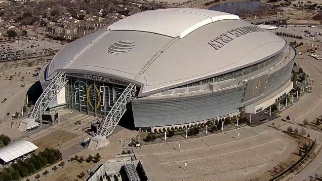 Alvarez and Smith Fight for the WBO Junior Middleweight World Championship at AT&T Stadium