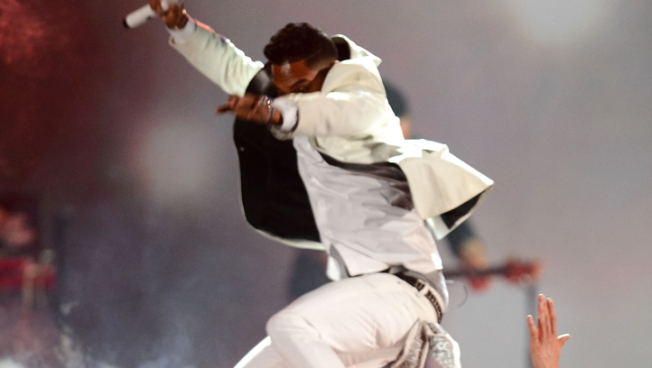 Miguel's Leggy Leap at Billboard Awards Goes Awry