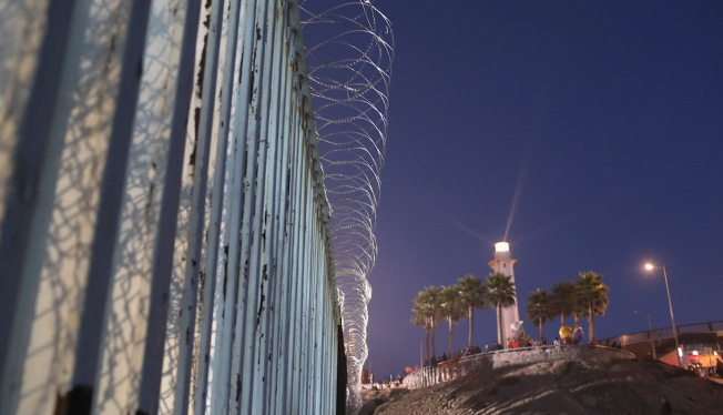 Migrant Mother Injured Trying to Scale US-Mexico Border Fence With Children
