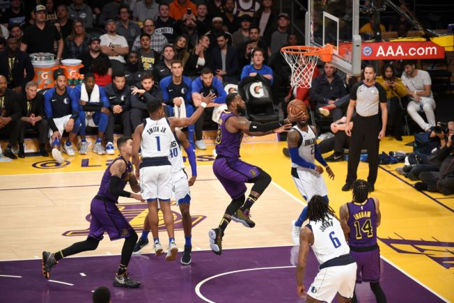 LeBron, Lakers Rally in 2nd Half to Beat Mavericks