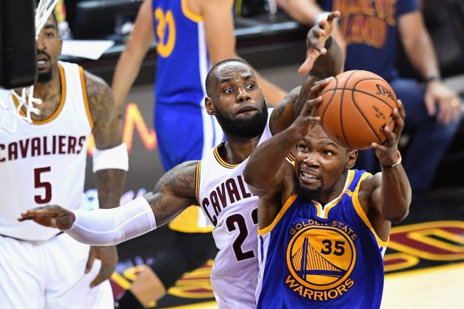 Durant's big 3-pointer lifts Warriors over Cavs in Game 3