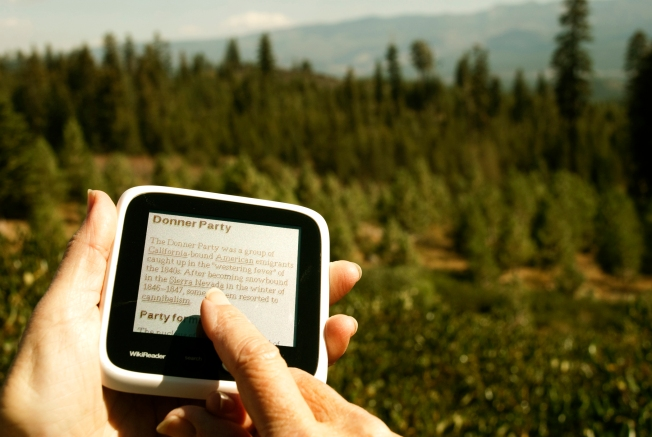 WikiReader Brings Wikipedia Anywhere