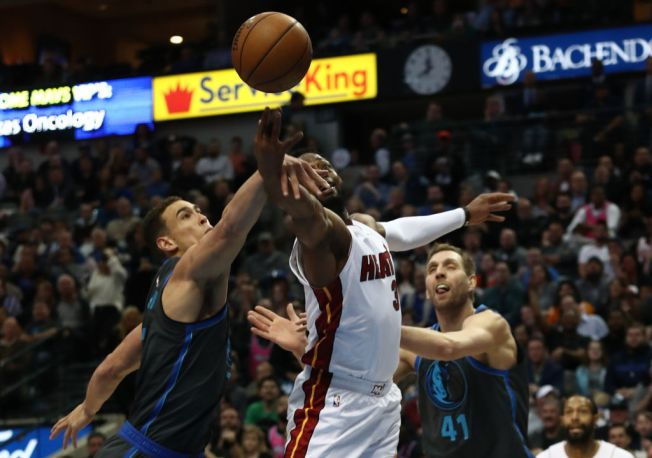 Wade Helps Heat Top Mavs in Likely Final Dallas Game