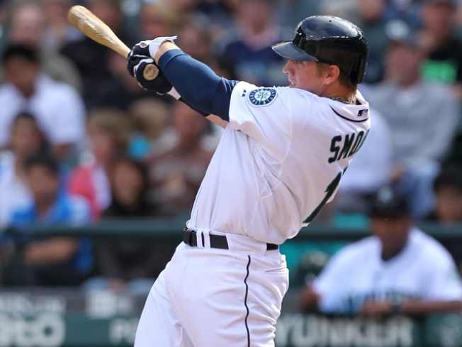 Smoak Leads Mariners Past Rangers in Return to Arlington