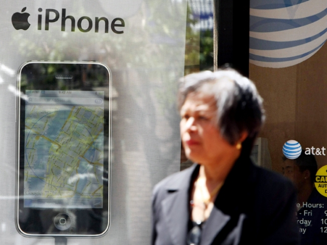AT&T Stops, Resumes Selling iPhone in NYC (Online)