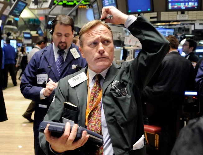 Stocks Fluctuate on Anxiety Over Earnings Reports