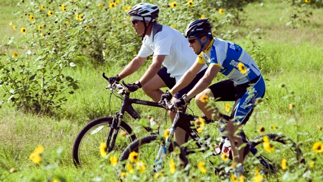 Bush, Armstrong Join Wounded Vets in Bike Ride
