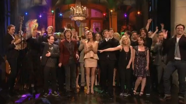 "Kristen Wiig Gets an Emotional Sendoff from ""SNL"""