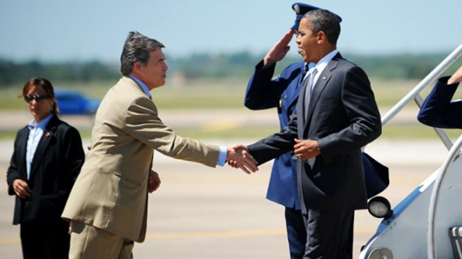 Perry Shuns Obama Handshake, Wants Border Meeting
