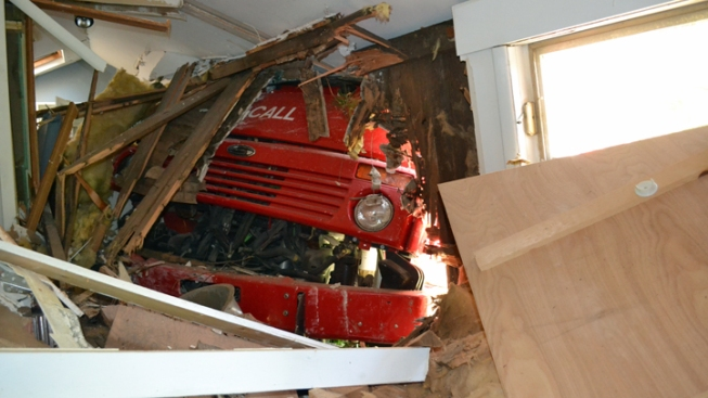 Street Sweeper Crashes Into House in N.J.