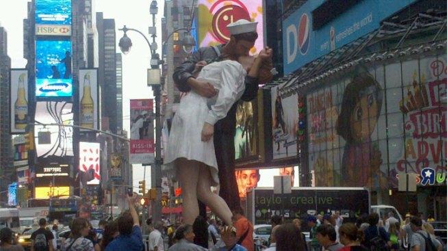 """Times Square Kiss"" Visits DFW"