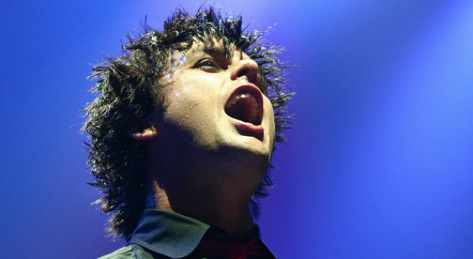 Billie Joe Armstrong Victim of Saggy Pants Treatment